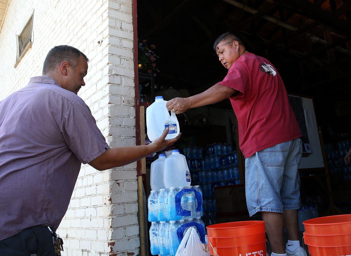 Los latinos beben el agua de los peores sistemas de la nación