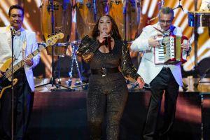 Chiquis Rivera se roba la noche en Premio Lo Nuestro en entallado jumpsuit de brillos