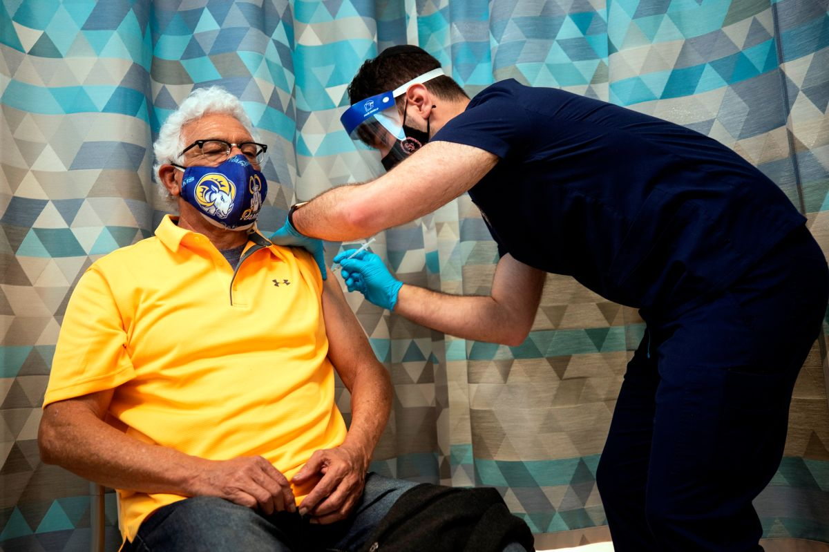 Casi la mitad de adultos mayores latinos no se han vacunado