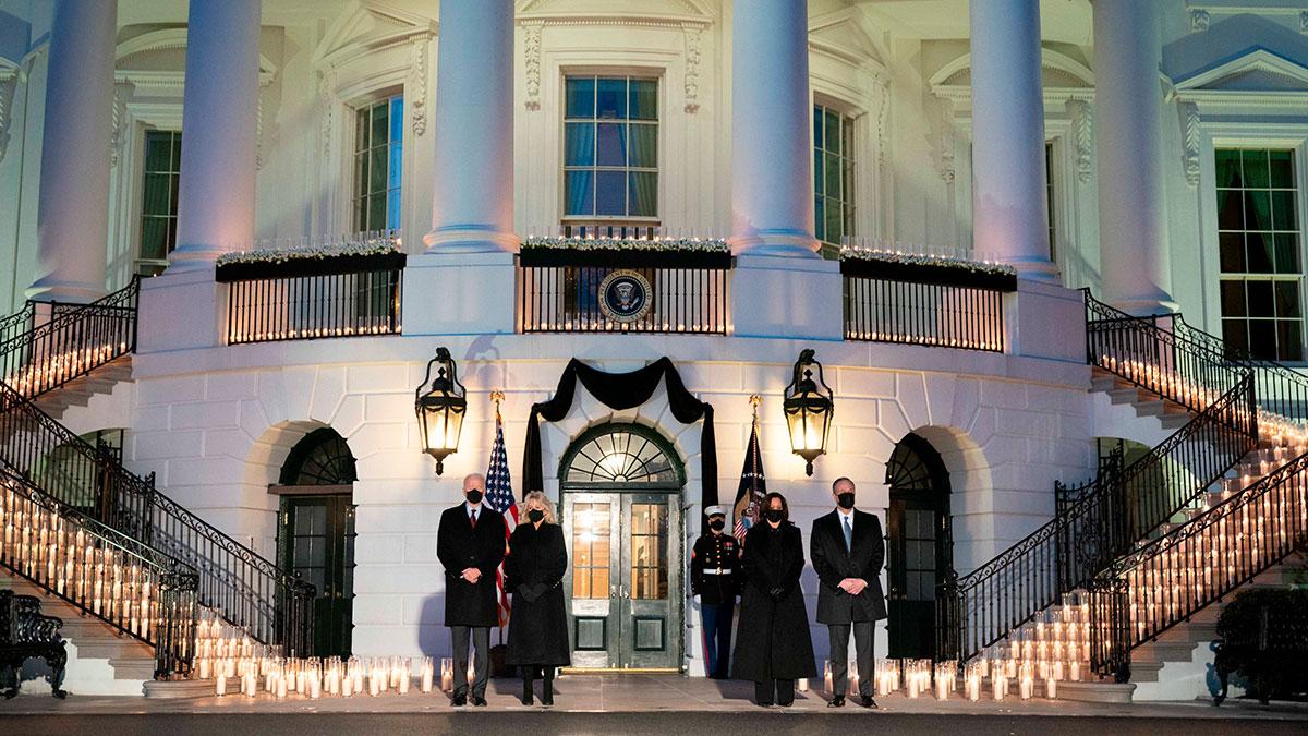 Joe Biden realiza homenaje a los 500,000 muertos por COVID-19 en la Casa Blanca