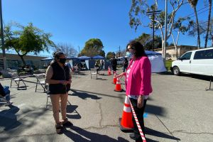 Residentes de Beverly Hills llegan a barrios latinos a vacunarse