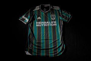 Jorge Campos y constelación de estrellas presentan nueva camiseta del LA Galaxy