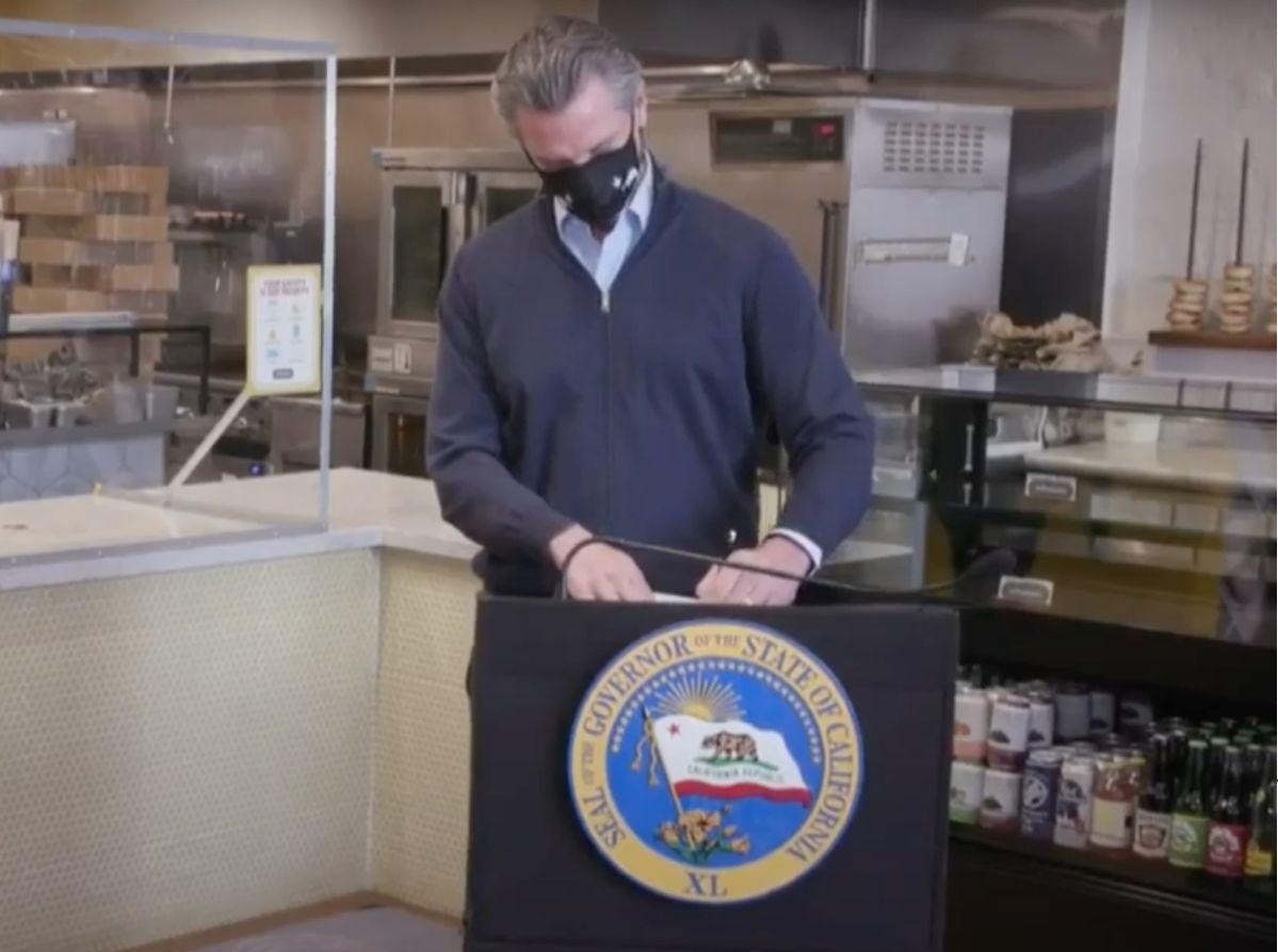 Gavin Newsom firma legislación que legaliza el cheque de estímulo de $600 dólares para indocumentados de California