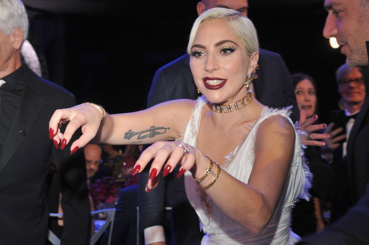 Perros robados a Lady Gaga son entregados en estación de Policía de Los Ángeles