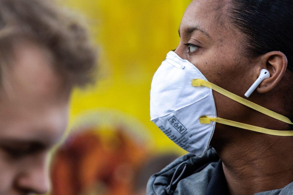 CDC indica que máscaras ajustadas o dobles protegen hasta 96.5% contra coronavirus