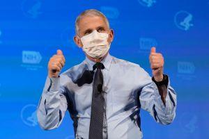 """Fauci pronostica que es """"posible"""" que estadounidenses tengan que llevar mascarillas también en 2022"""