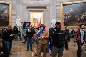 Revelan impactantes videos nunca vistos del asalto al Capitolio durante juicio político a Trump