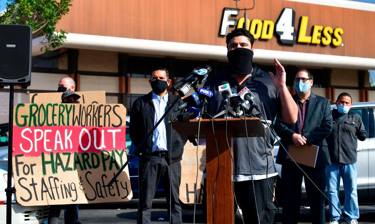 """Condado de L.A. aprueba el """"Pago Héroes"""" que exige $5 dólares extra por hora para los trabajadores de supermercados"""