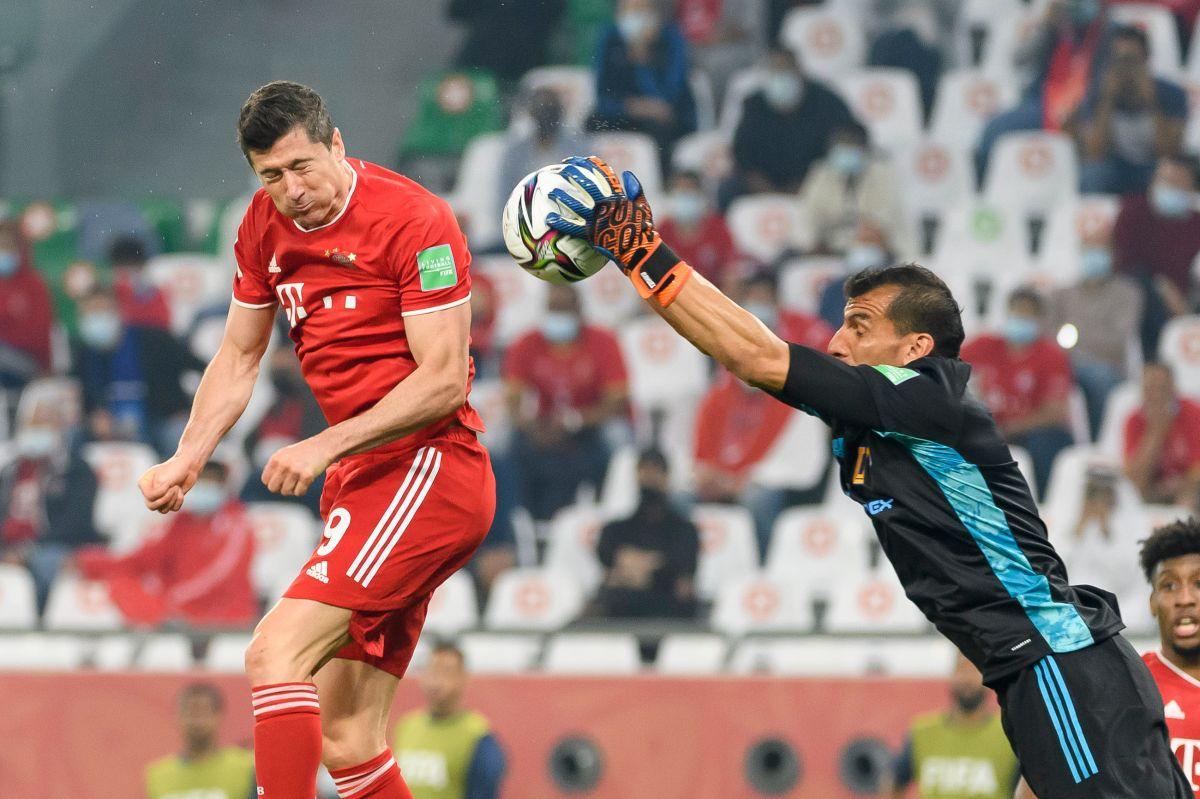 Robert Lewandowski le pegó al balón con la mano antes de que Parvard rematara a puerta.