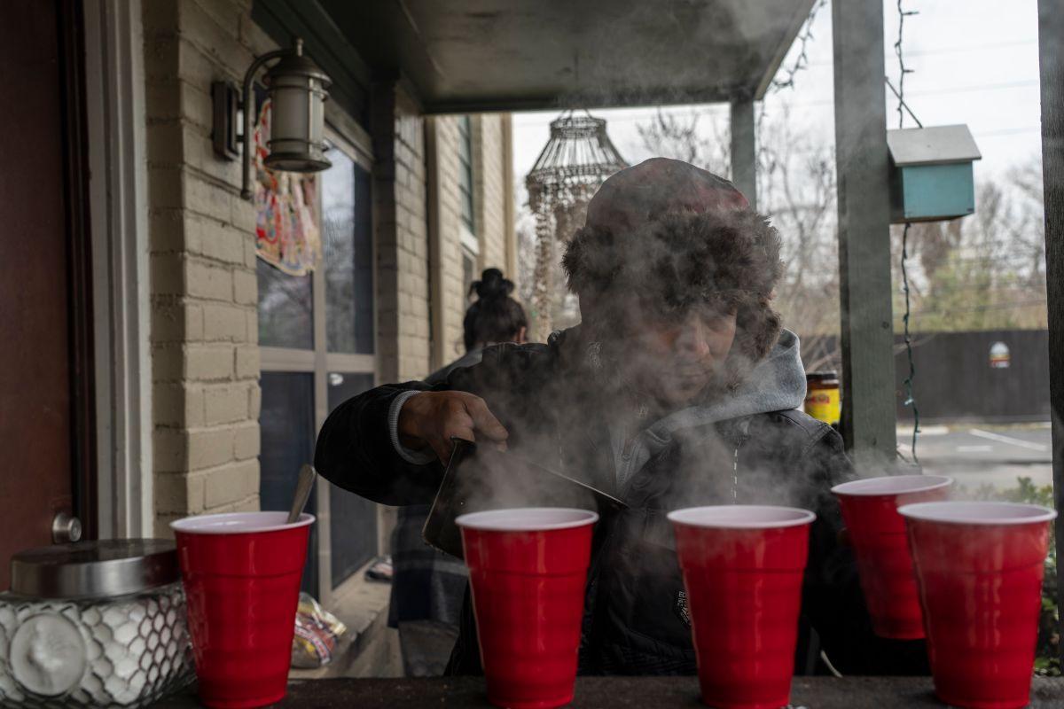 Millones en Texas buscaron refugiarse del frío ante la falta de energía y gas.