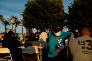 A pesar de acumular la mayoría de los casos de coronavirus en California, los latinos están rezagados en la vacunación