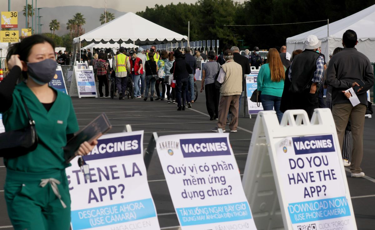 Un centro de vacunación masivo en el condado de Orange, California.