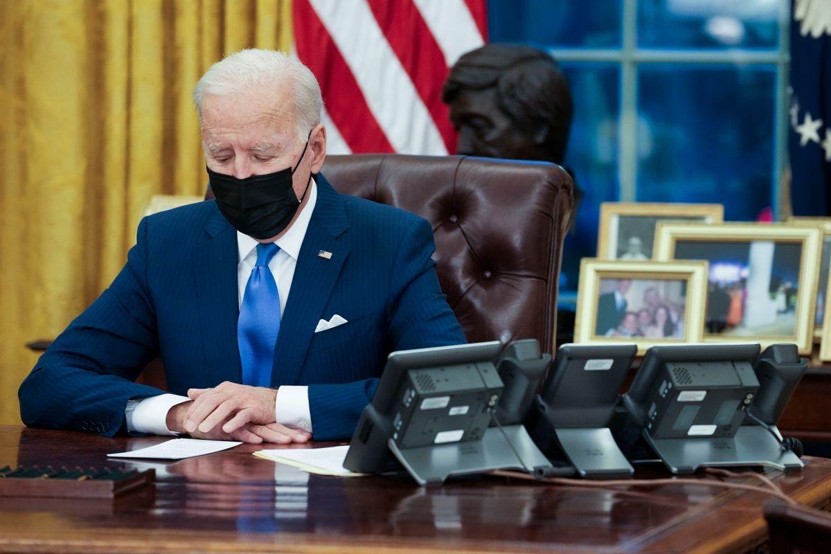 """Biden firma tres órdenes ejecutivas que benefician a inmigrantes que piden """"green card"""" y asilo"""