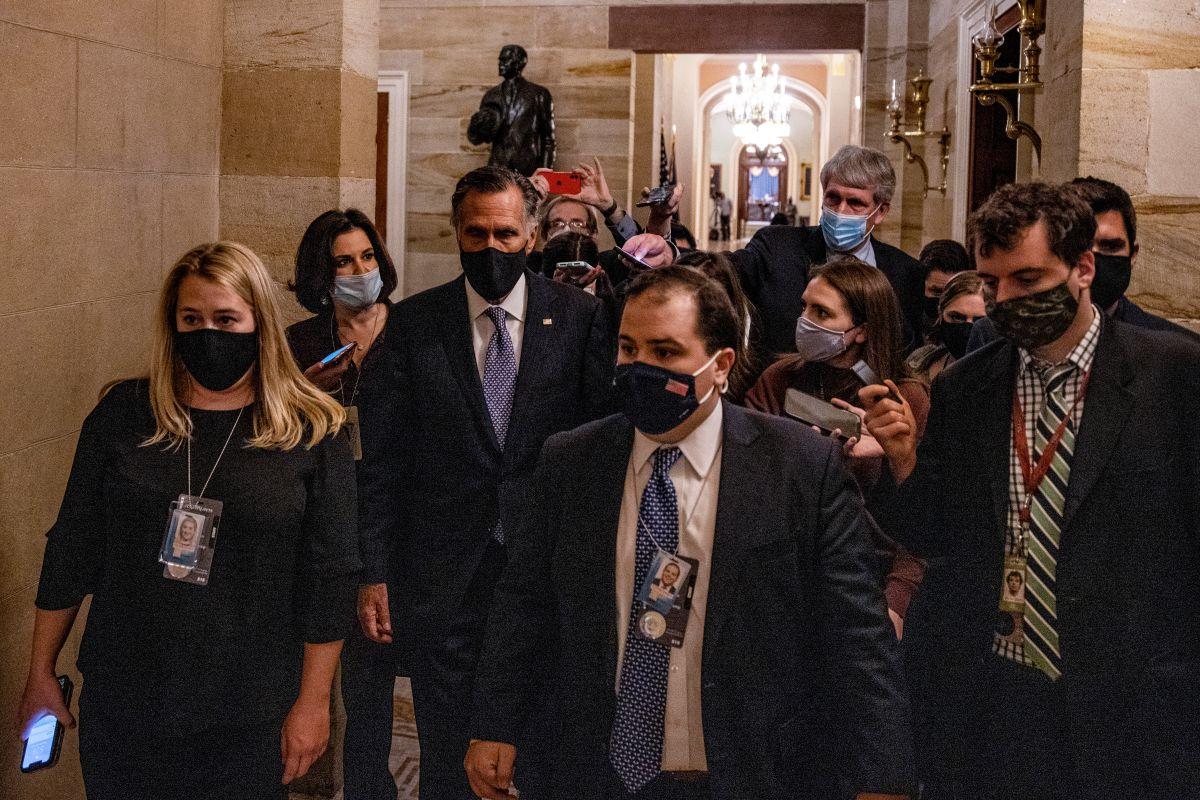 El senador republicano Mitt Romney fue uno de los legisladores que estuvo cerca de la multitud extremista.