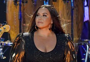 Chiquis Rivera hace derroche de sensualidad en vestido ajustado, mientras siguen las críticas por su nueva figura