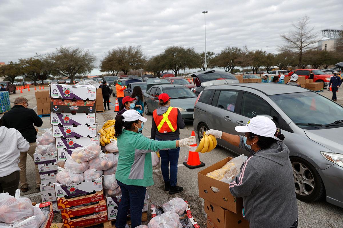 Miles de texanos salen a las calles en busca de agua potable y alimentos, tras el paso de tormenta invernal