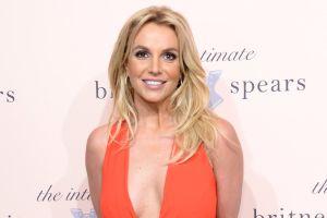 Britney Spears delinea toda su figura usando un enterizo con estampado de serpiente