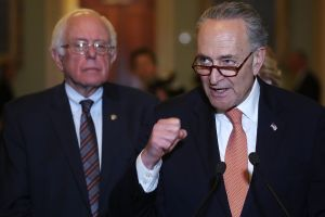 Por qué algunos demócratas no quieren apoyar el alza del salario mínimo a $15 por hora