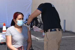 Primeros trabajadores de supermercado en LA reciben la vacuna