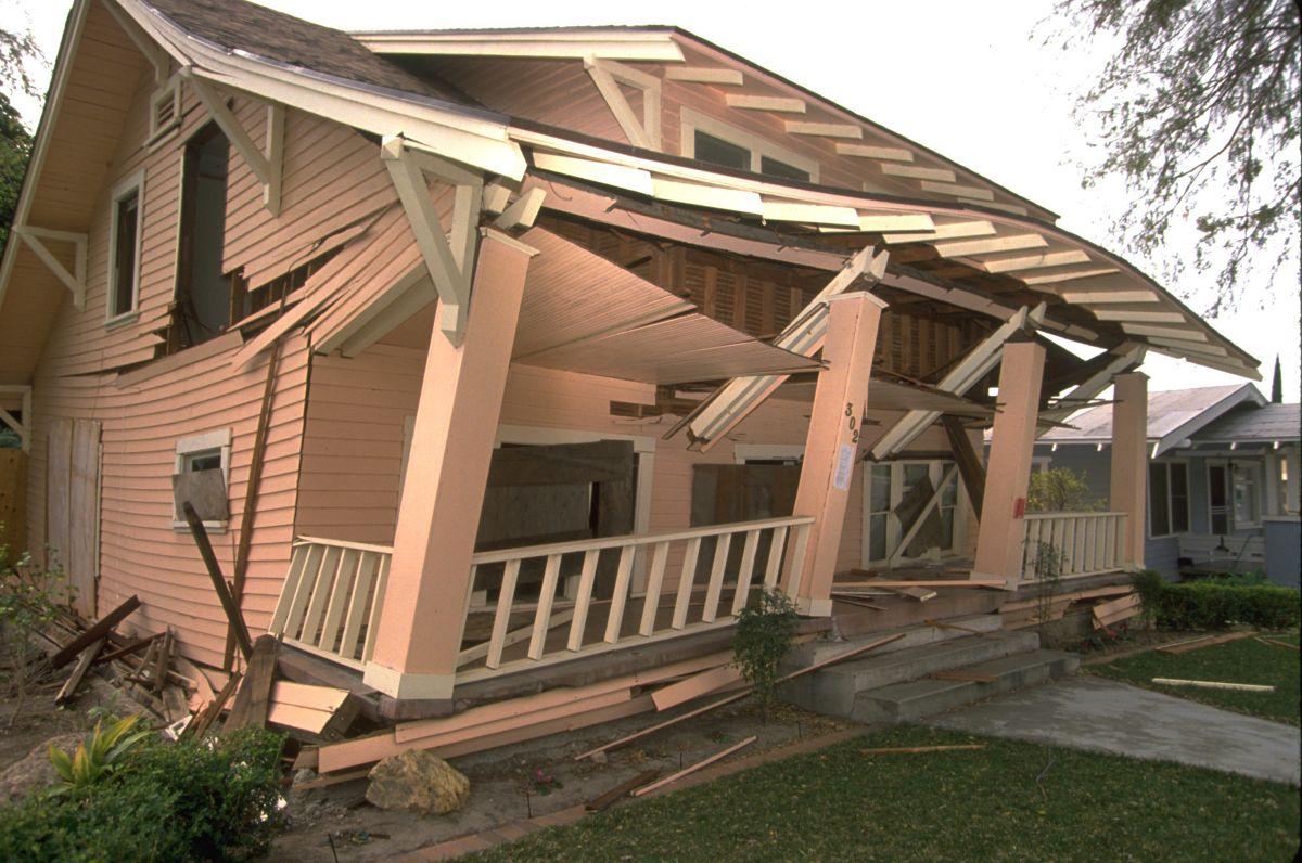 Una de las casas después del terremoto en Northridge. / foto: FEMA.