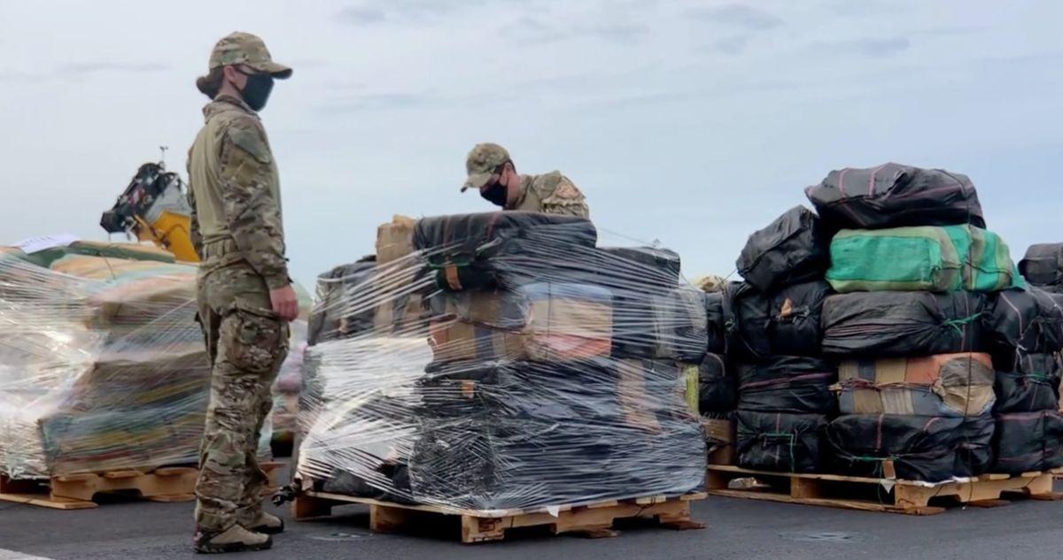 Guardia Costera descarga en San Diego 11,000 libras de cocaína y 9,000 libras de marihuana incautadas en el Pacífico