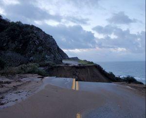 Reparar el tramo de la Autopista de la Costa del Pacífico que cayó al océano por fuertes lluvias llevará meses y costará millones de dólares