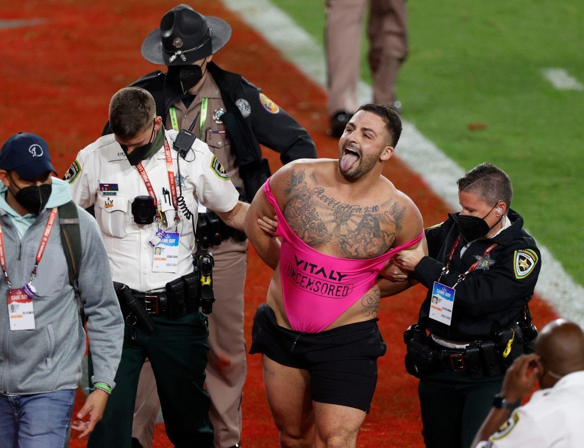 El invasor del Super Bowl fue captado en un club de striptease después del juego, lo echan del escenario