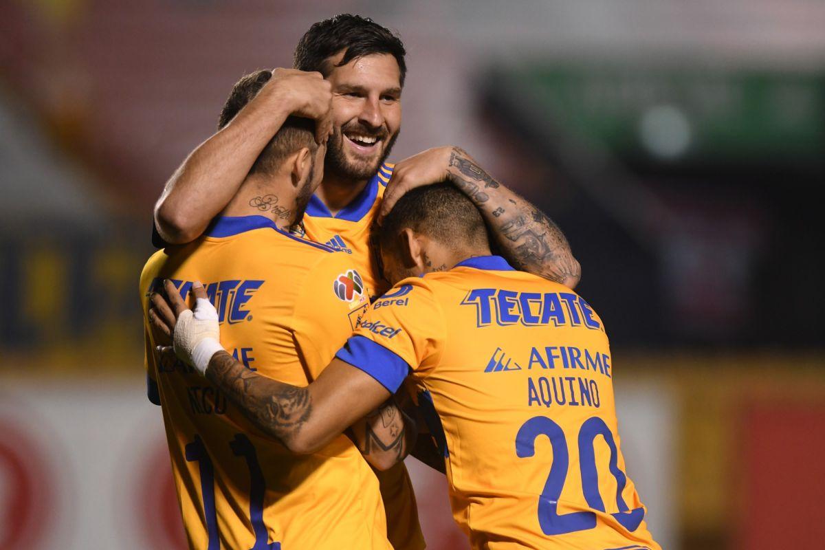Gignac celebra junto a López y Aquino el tercer gol felino.