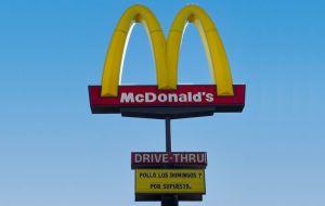 Los McDonald's del sur de California regalarán sándwiches de pollo todos los domingos por un mes