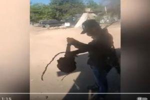 """VIDEO: """"Le estoy poniendo 10 reatazos al que no traiga cubrebocas"""", así castigan narcos"""