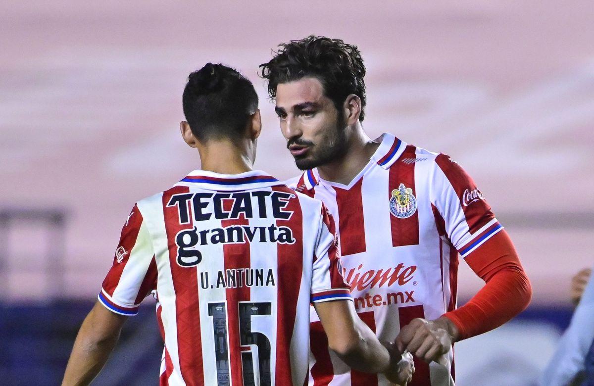 Antonio Briseño hablando con Uriel Antuna.