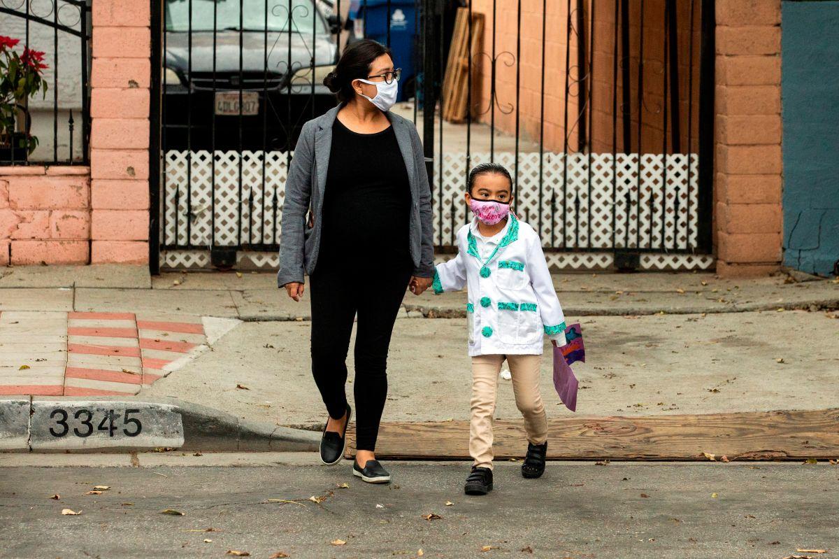 """Por miedo o desinformación 1 de cada 4 inmigrantes en California evitó pedir ayuda por la regla de """"carga pública"""""""