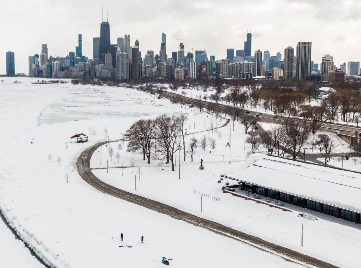 Casi tres cuartas partes de EE.UU. está cubierta por nieve. La tormenta ha dejado 15 muertos