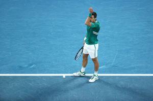 Novak Djokovic se frustra y rompe la raqueta antes de vencer a Alex Zverev en el Abierto de Australia