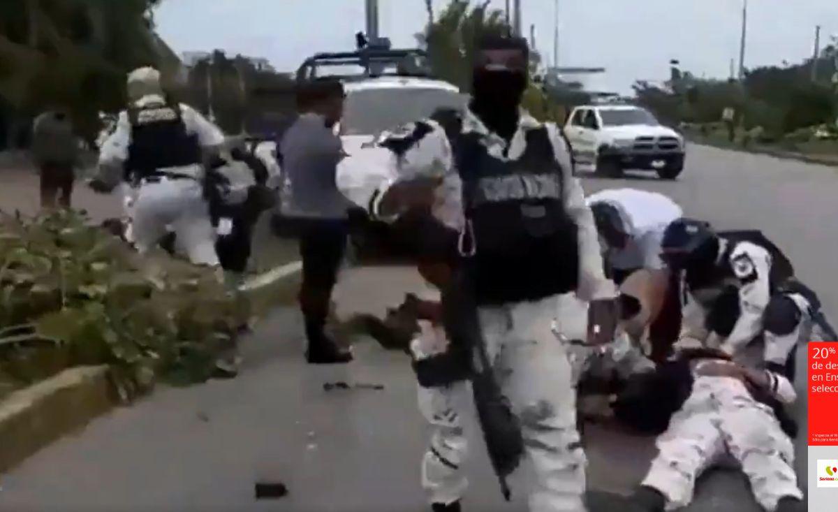 Elemento de la Guardia Nacional cae herido tras enfrentamiento con presuntos secuestradores en Cancún México.
