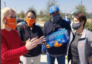 Ocasio-Cortez comenzó a repartir en Houston los más de $3 millones de dólares recaudados para ayudar a Texas