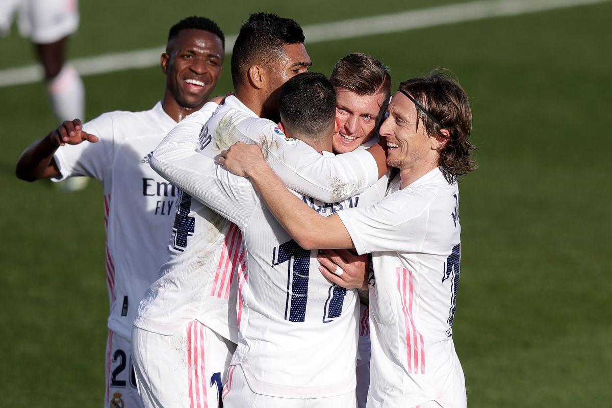 Toni Kroos es felicitado por sus compañeros.