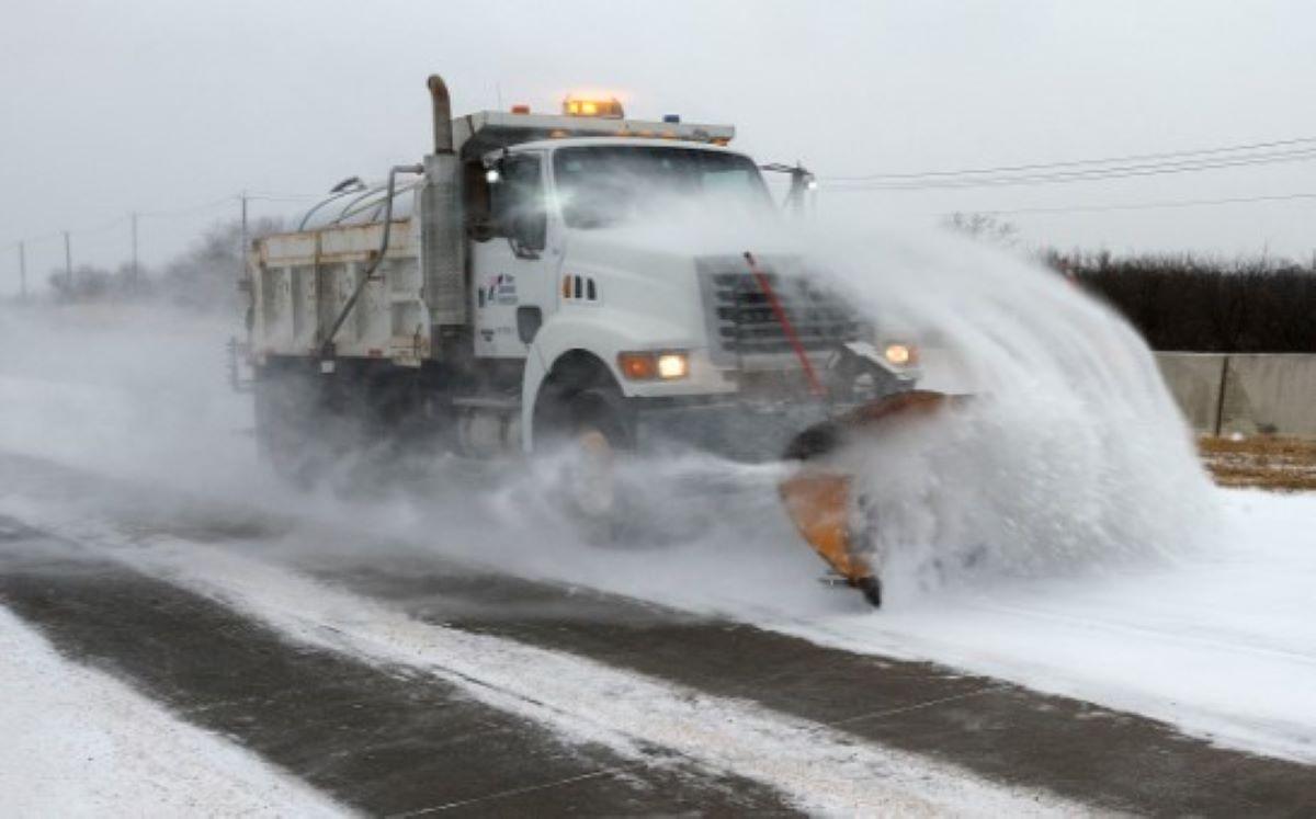 """Ya se viven momentos """"muy incomodos"""" en Houston por la tormenta invernal; se reportan apagones y carreteras peligrosas"""