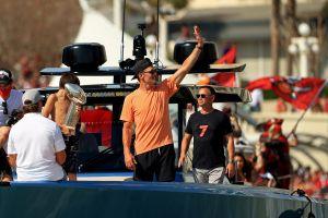VIDEO: Con unas copas de más, Tom Brady lanza el trofeo Vince Lombardi de un bote a otro sobre la bahía