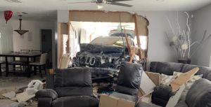Un auto se estrella contra una casa de Miami, cruza una habitación y termina en la sala