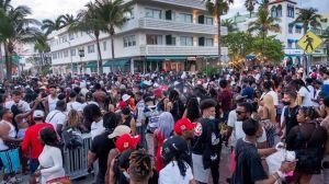 """Coronavirus en EE.UU.: las imágenes del """"caos"""" por el """"spring break"""" en Miami Beach que llevó a las autoridades a declarar un toque de queda por varias semanas"""