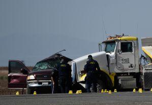 Impresionantes fotos del accidente entre un SUV y un tráiler doble en el que murieron al menos 15 personas