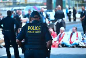 Exagente latino de ICE acusado por aceptar mordidas para dejar entrar a extranjeros a EE.UU.