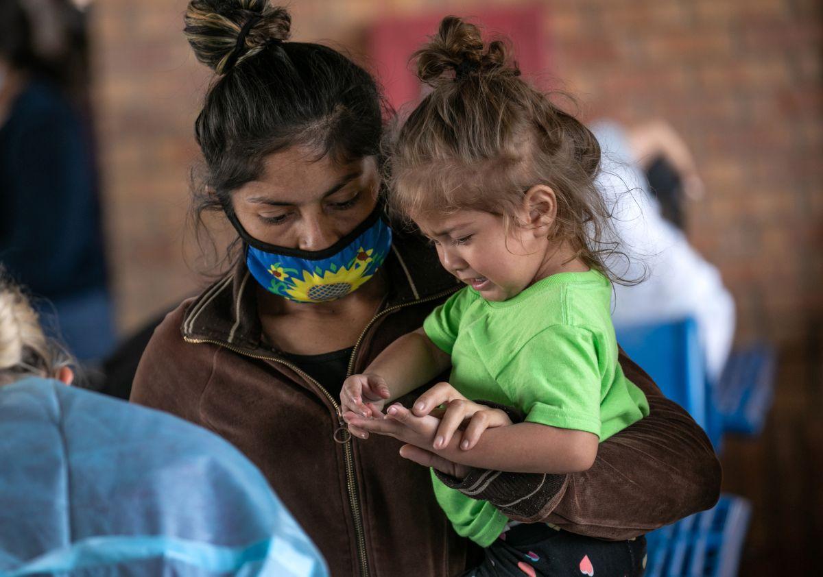 Más familias y niños sin acompañantes llegan en busca de asilo en EE.UU.