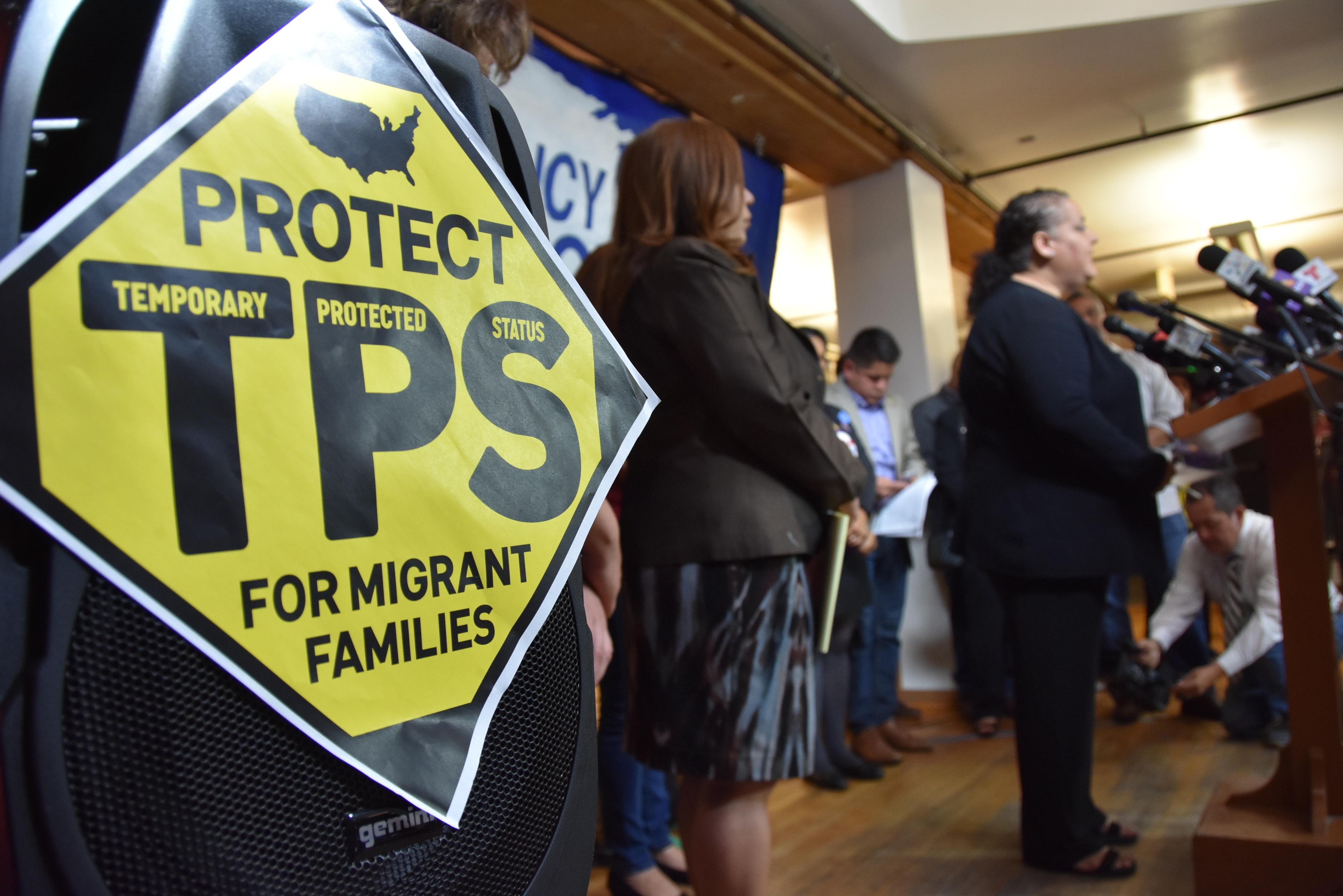 Cartel TPS en conferencia de prensa