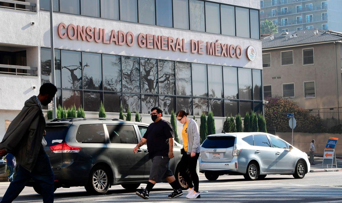 El consulado mexicano está en 2401 W 6th St Los Angeles, CA 90057.