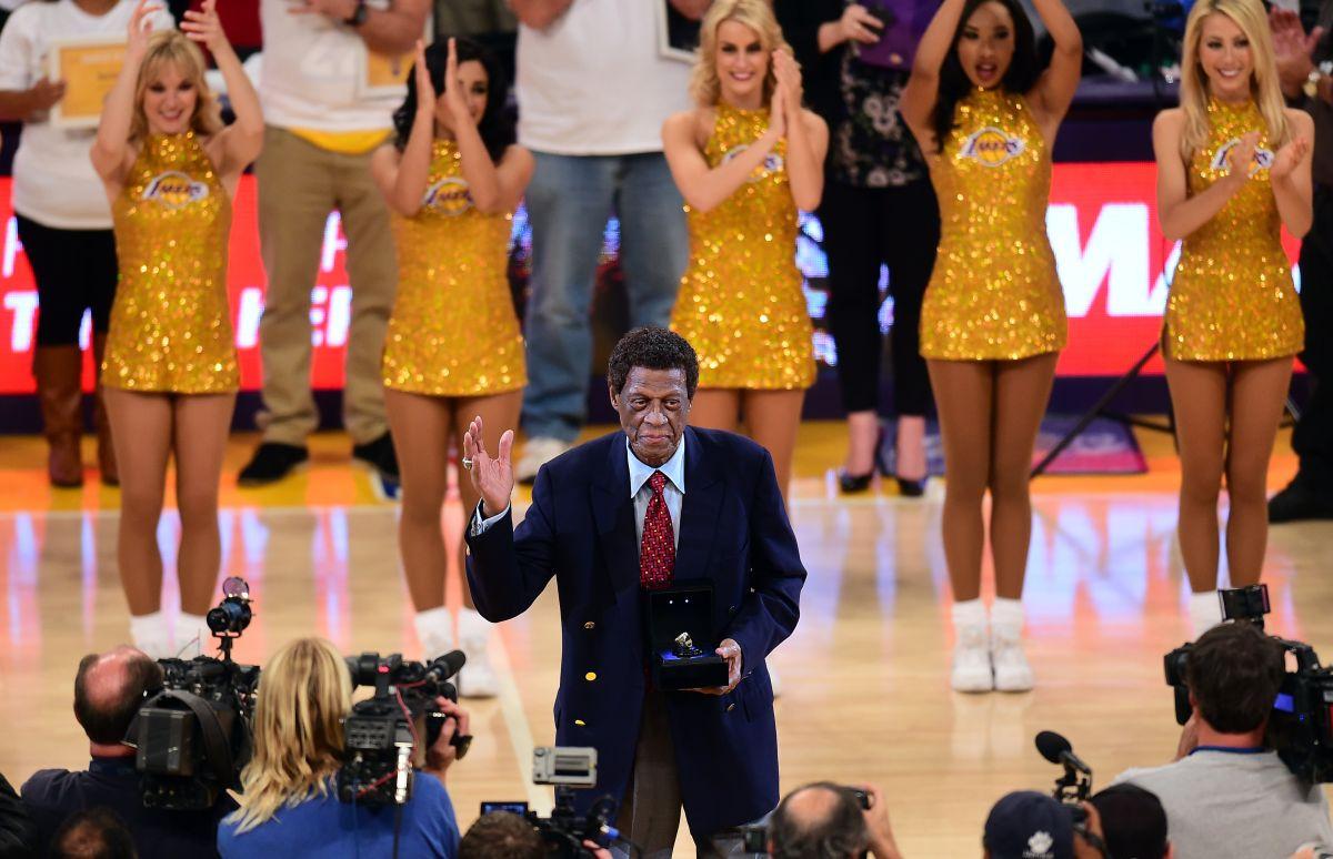 Su mítico número «22» fue retirado por los Lakers.