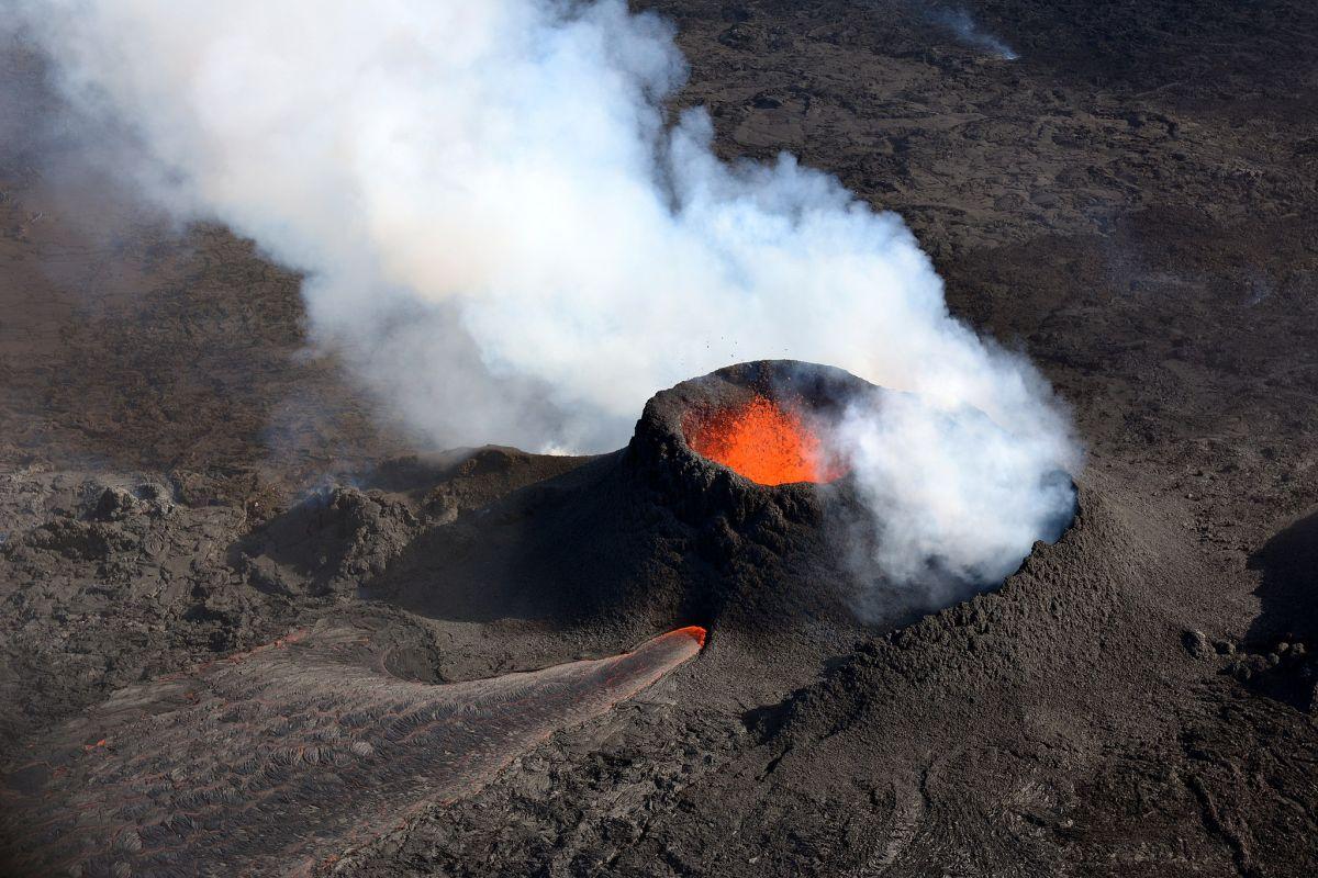 La imagen de archivo muestra un volcán en erupción en Islandia.