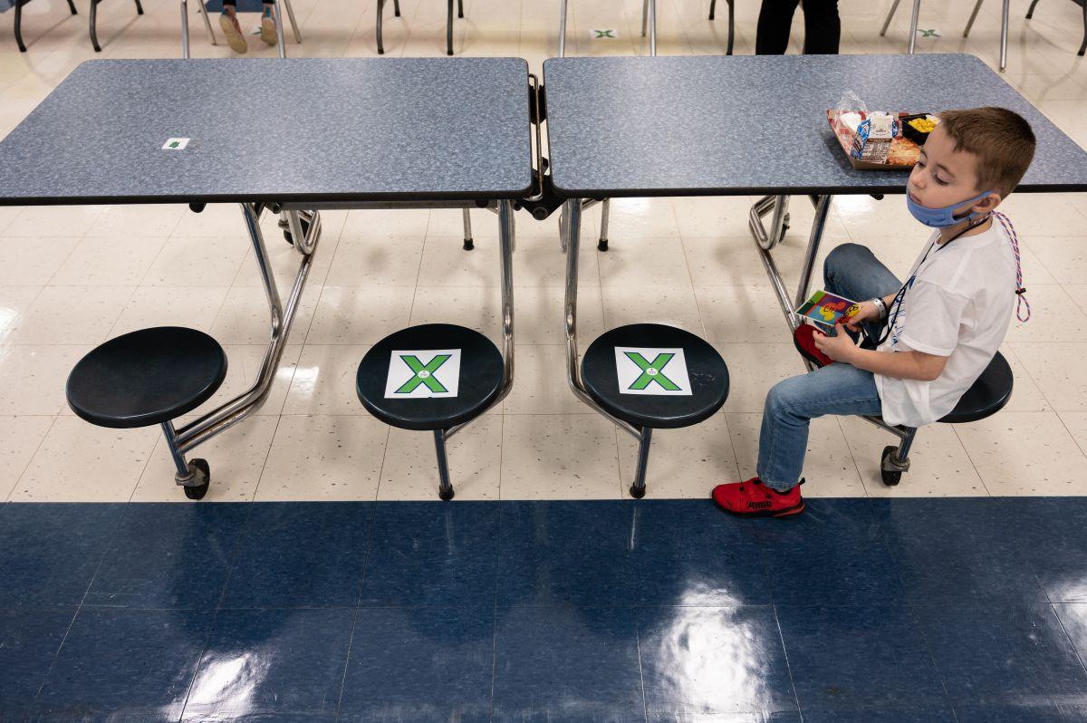CDC y el estado de California respaldan que los alumnos estén a tres pies de distancia entre ellos.