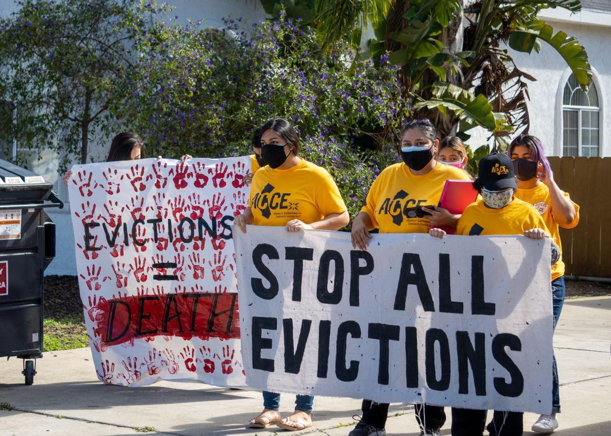 Inquilinos son desalojados en el sur de Los Ángeles